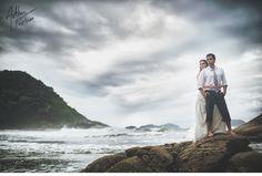 Ensaio de casal - Ana Carolina e Filippo realizada na praia em São Sebastião - São Paulo. Arthur Foschini Fotografia | Trash the Dress