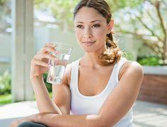 Brulures d'estomac : 1 / boire un verre d'eau élimine les reflux gastriques  2 /  L'action anti-acide du bicarbonate n'est plus à démontrer. On en parle souvent, ses effets sont quasiment instantanés. 1 cuillère à café dans un verre d'eau, avec quelques gouttes de citron et le tour est joué.