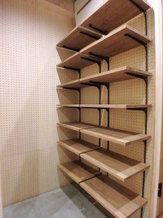 玄関土間にある大きな可動棚。<br /> 壁面には有孔ボードを使用しているので、おしゃれな収納やアクセントにも。 専門家:が手掛けた、玄関・土間、可動棚(自然素材に囲まれたあたたかい空間)の詳細ページ。新築戸建、リフォーム、リノベーションの事例多数、SUVACO(スバコ) Garage Wall Shelving, Diy Storage Shelves, Pantry Shelving, Diy Wall Shelves, Ceramic Store, Lumber Rack, Home Organisation, Tiny House Bathroom, Store Fixtures