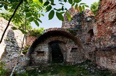 Túra Fejérkő várának romjaihoz - a kereki vár Castle Ruins, Medieval Castle, Budapest Hungary, Travel Tips, Places To Go, Europe, Mansions, House Styles, Castles