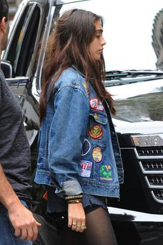 Lourdes Leon coolifies her denim jacket. Hm tak s takovou na cesty Jeans Patch, Denim Jacket Patches, Denim Jackets, Patched Denim, Indie Fashion, Look Fashion, Fashion News, Fashion Trends, Mein Style