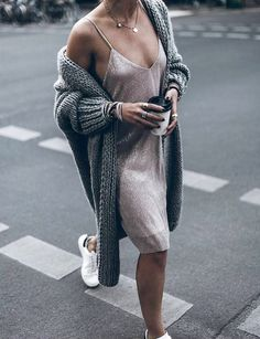 Maxi gilet + slip-dress + baskets blanches = le bon mix