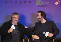 O ator Keanu Reeves (à dir) e o diretor francês Luc Besson, no Festival Internacional de Cinema de Pequim - http://revistaepoca.globo.com//Sociedade/fotos/2013/04/fotos-do-dia-21-de-abril-de-2013.html (Foto: Andy Wong/AP)