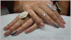 Nude met een zwart/witte art op de ringvingers