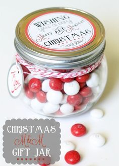 DIY Christmas Gifts | Looking for a simple yet thoughtful handmade Christmas gift idea? Make these M&M gift jars with free printable tags!