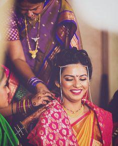 प्रतिमेत याचा समावेश असू श्ाकतो: 1 व्यक्ती, जवळून Marathi Bride, Marathi Wedding, Saree Wedding, Wedding Suits, Wedding Dresses, Wedding Photoshoot, Wedding Shoot, Wedding Bride, Wedding Bells
