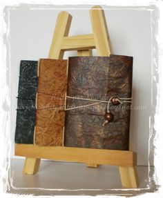 Tutorial Falso Cuero Arts And Crafts, Paper Crafts, Handmade Books, Mini Albums, Wine Rack, Decoupage, Recycling, Card Making, Crafty