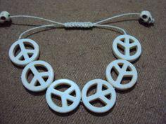 Confeccionadas em cordão encerado bege, com pedras brasileiras lapidadas em formato do simbolo peace (paz), disponivel na cor da foto (crú)