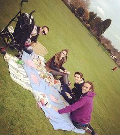 Louise (sprinkleofglitter)'s husband Matt, her daughter Darcy, Zoey, Alfie and Louis on a picnic :)