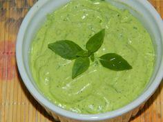 A maionese verde é um dos cremes mais deliciosos do Fast Food. Agora, você pode prepará-la em casa e no liquidificador! Depois é só saborear com pães ou ca