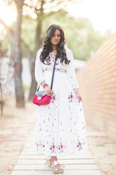 Vestido largo blanco bordado con flores long white floral dress bolso Longchamp Le Pliage Heritage handbag Crimenes de la Moda blog Maria Jesus Garnica Navarro
