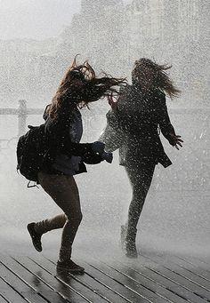 Sturm überstanden mit einer Freundin? Bonuspunkte für Gesang dabei. Superschönes Foto aus der Guardian-Bilderserie.