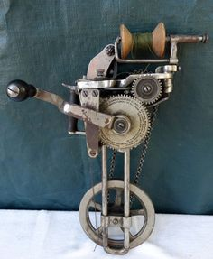 ANTIQUE-INDUSTRIAL-CONSOLIDATED-of-AMERICA-HAND-CRANK-CARPET-SEWING-MACHINE