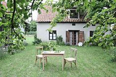 I love this garden, house and the camera shot. It could be the perfect setting for an intimate wedding. 🙂 I love this garden, house and the camera shot. It could be the perfect setting for an intimate wedding. Dream Garden, Home And Garden, Summer Garden, Outdoor Spaces, Outdoor Living, Breakfast Table Setting, Eat Breakfast, Rue Verte, My Dream Home