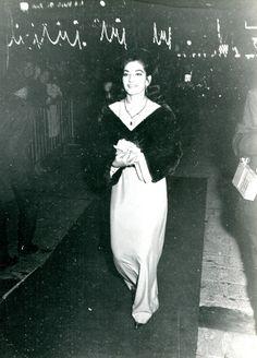 Maria Callas (1966 arrivée pour une soirée au Lido à Paris)