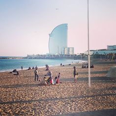 Domingo caminando por la #Barceloneta ___ #beach #playa #barcelona #bcn #walking #sunday #wintertime #winterisoversoon #nomorewinter #sun #afternoon