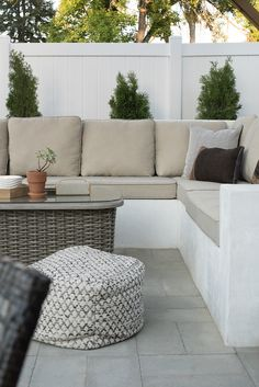 Cool Diy Outdoor Couch Ideas To Enjoy Your Relax Moment Outside The House 25 Outdoor Sofa, Outdoor Cushions, Outdoor Living, Outdoor Spaces, Outdoor Decor, Chair Cushions, Outdoor Seating Areas, Garden Furniture Design, Outdoor Garden Furniture