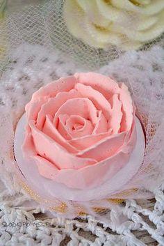 Krem maślany na bezie szwajcarskiej, znany również jako Swiss Meringue Buttercream, to według mnie najlepszy krem do dekoracji tortów i babeczek.