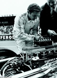 Ever the engineer Bruce helps with a plug change on his Weslake V12. Le Mans 1967 Bruce Mclaren, Dan Gurney, Race Engines, Le Mans, Grand Prix, Racing, F1, French, Engineer