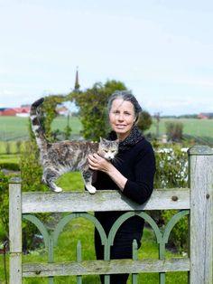 Kajs-Marie och katten vid grinden