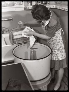 Wash day My mother had one of these when I was a kid. Took forever to do the wash and you had to be careful that you didn't get fingers or things crushed in the electric wringer Vintage Laundry, Vintage Kitchen, Old Pictures, Old Photos, Retro Pictures, Vintage Housewife, Good Ole, The Good Old Days, Homemaking