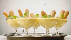 Advocaatmousse: 3 blaadjes gelatine, 2 dl advocaat (kamertemperatuur), 2 dl slagroom, 1 zakje vanillesuiker. Week gelatine 5 min. in koud water. Los uitgeknepen gelatine op in 2 el warm water. Roer gelatine in straaltje door advocaat. Klop slagroom met vanillesuiker lobbig en meng door advocaat. Mini Desserts, Delicious Desserts, Dessert Recipes, Yummy Food, Mousse, Dutch Recipes, Other Recipes, High Tea, Creme