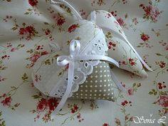 Dekorační srdíčko~romantické s růžičkami a puntíky Dekorační srdíčkoje ušité z bavlněných látek a naplněné dutým vláknem s trochou sušené levandule. Srdíčko zdobí madeira se saténovou stužkou a perličkou.Moc hezká dekorace pro útulný domov či jako milý originální dárek. Velikost cca9 x 10 cm+ háčkované poutko na zavěšení original SL decor