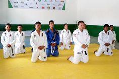 Nilson (c) não se limita apenas à doação de recursos. Ele vai ao 19º BPM regularmente e dá aulas de jiu-jitsu para a garotada.