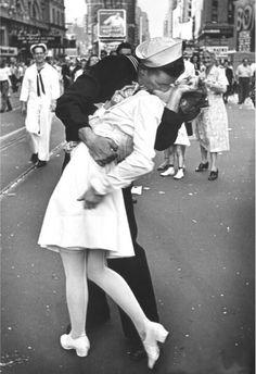 Alfred Eisenstaedt fotografió 'V-J Day in Times Square', en 1945. Es la foto del marinero que besa a una enfermera en Times Square el día de la victoria de las fuerzas aliadas durante la Segunda Guerra Mundial