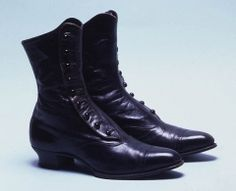 Women's Boots  England 1905  Black leather buttoned boots deocrated with punched holes.  Size: Length: 28 cm; Height: 21 cm; Height of heel: 3.5 cm