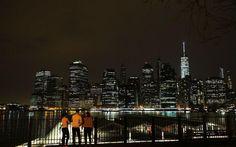 Σκοτεινό Μανχάταν. Ένα νέο νομοσχέδιο που υποστηρίζει ο δήμαρχος της Νέας Υόρκης, έχει σκοπό να  μειώσει το την χρήση άνθρακα για την παραγωγή ηλεκτρικής ενέργειας και άρα να μειώσει το αποτύπωμα άνθρακα της πόλης, . Έτσι το Δημοτικό Συμβούλιο της Νέας Υόρκης εξετάζει την δυνατότητα να περιοριστεί  ο εξωτερικός φωτισμός των κτιρίων, όταν αυτά αδειάζουν  το βράδυ. Αν το νομοσχέδιο εγκριθεί θα αλλάξει ριζικά την πανέμορφη εικόνα του νυχτερινού Μανχάταν. Spencer Platt/Getty Images/AFP