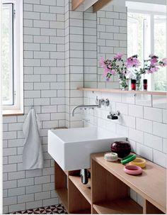 salle de bain carrelage mural blanc joint gris plan de toilette en teck grande vasque blanche
