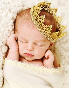 Baby girl with Princess crown Toni Kami ~•❤• Bébé •❤•~ Precious newborn photography idea