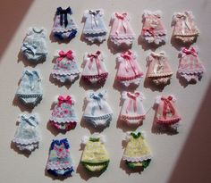 Miniature doll dresses - template plus instructions in Spanish Fairy Clothes, Baby Doll Clothes, Doll Clothes Patterns, Barbie Clothes, Doll Patterns, Barbie Bebe, Barbie Dolls, Baby Doll Furniture, Clay Baby