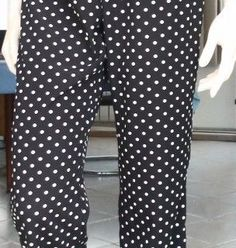 how to sew pants, elasticated at the waist, with a patch pocket at the waist Pop Couture, Couture Sewing, Sewing Pants, Sewing Clothes, Diy Pantalon, Cute Beauty, Mode Inspiration, Free Sewing, How To Wear