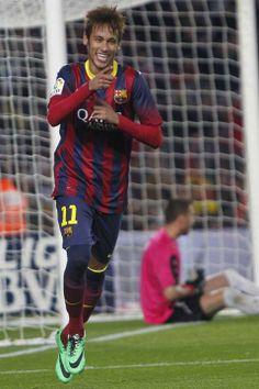 GRA424. BARCELONA, 17/12/2013.- El delantero brasileño del FC Barcelona Naymar Da Silva celebra su gol, tercero del equipo, durante el parti...