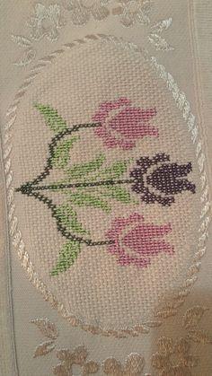 Tulip cross stitch. Cross Stitch Embroidery, Hand Embroidery, Cross Stitch Patterns, Bargello, Cross Stitch Flowers, Baby Knitting Patterns, Needlepoint, Diy And Crafts, Vintage World Maps