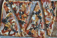 Pizza de kale, pera y queso azul