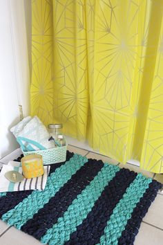 Create your own woven bath mat with finger-knit fabric yarn using this easy tutorial