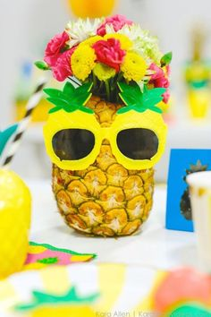 23 Tropical Birthday Party Ideas for Summer - Brit + Co Aloha Party, Luau Party, Fiestas Party, Luau Birthday, 30th Birthday Parties, Birthday Party Themes, Teen Birthday, Birthday Ideas, Anniversaire Luau
