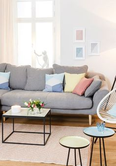 »Fashion Lounge« | Blockstreifen und Typo im Wandbild, Kissen mit Grafik-Prints, Beistelltische mit Mikado-Füßen.