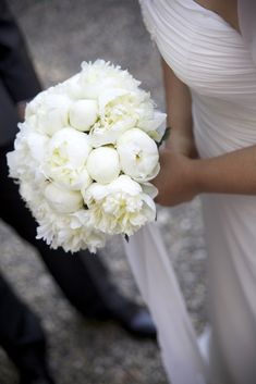 Bouquet peonie bianche - Bouquet of white Peonies Ivory Rose Bouquet, Peony Bouquet Wedding, Summer Wedding Bouquets, Purple Wedding Flowers, Peonies Bouquet, Bridal Flowers, Purple Bouquets, Bride Bouquets, Flower Bouquets
