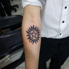 No braço direito Tattoo Life, Spn Tattoo, Supernatural Tattoo, Supernatural Wallpaper, Supernatural Bloopers, Supernatural Imagines, Supernatural Funny, Magic Tattoo, Body Mods