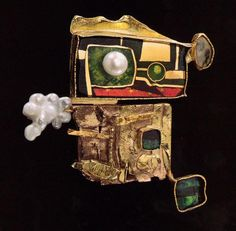 william harper SORCEROR'S PIN 1997 gold cloisonne' enamel on fine gold and fine silver; and 24 kt gold; Enamel Jewelry, Jewelry Art, Gold Jewelry, Jewelry Design, Jewellery Exhibition, Unusual Jewelry, Designer Jewelry, Fungi, Artisan Jewelry