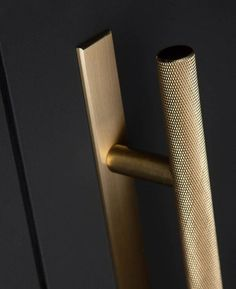 We've taken skyscraper and made it chunky. These brass door pull handles with plate are perfect for kitchen units and available in four finishes. Black Door Handles, Door Pull Handles, Knobs And Handles, Door Pulls, Drawer Handles, Door Knobs, Drawer Knobs, Kitchen Unit Doors, Cupboard Doors