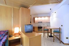 Appartamento Rugiada situato al 2° piano (servito da ascensore) -  trilocale con 2 stanze matrimoniali o doppie, ampio soggiorno con divano letto 2 posti (no mat) e angolo cottura, balcone vista bosco (est), bagno con doccia.
