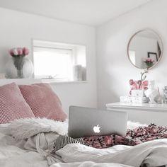 Nu kryper jag ner bredvid min man och ska sova riktigt gott och drömma riktigt snygga drömmar! Äntligen natt!  #stylebycass #casssägergodnatt by stylebycass