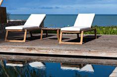 Oasiq - La collection de mobilier outdoor en teck Diuna.   Les chaises longues en teck et coussins blancs. Célébrons le retour des beaux jours avec notre sélection outdoor | Modern Living Blog