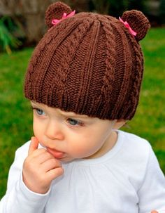 Fuente: http://www.knitpicks.com/patterns/Cabled_Teddy_Hat__D10744220.html