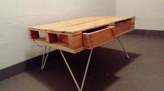 Einzelstück. Die Tischplatte besteht aus einer Palette mit den Maßen 85 x 65 x 15 und vier integrierten Schubladen.Die Beine bestehen aus weiß lackierten Edelstahlstangen. Zusammengebaut ist der Tisch 45cm hoch.Aufgrund meines Umzugs muss ich mich leider von ihm trennen.